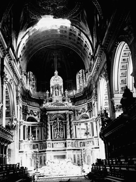 St. Paul's cathedral with damage to the High Altar 1940.