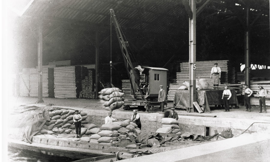 Sugar being uploaded in the Surrey Commercial Dock, c.1920 © PLA Collection.